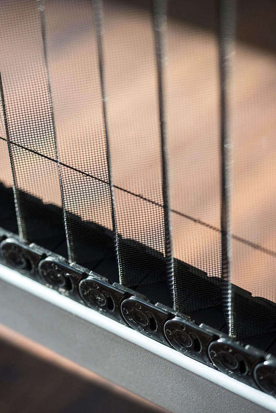 Dettaglio di zanzariera pieghevole per porte