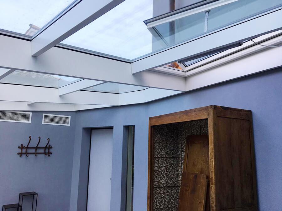 dettaglio di lucernario apribile, serramento bianco costruito su misura