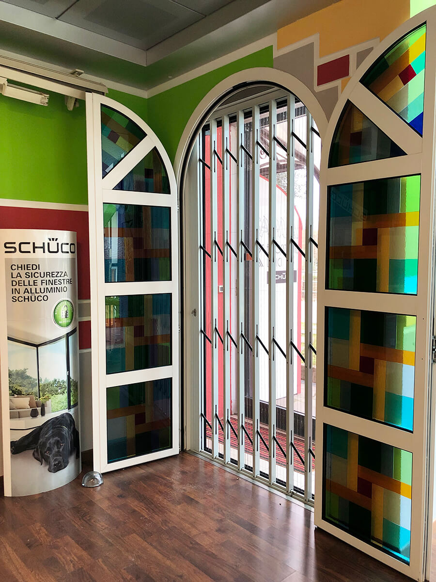 Foto di porta di entrata in vetro colorato con zanzariera pieghevole