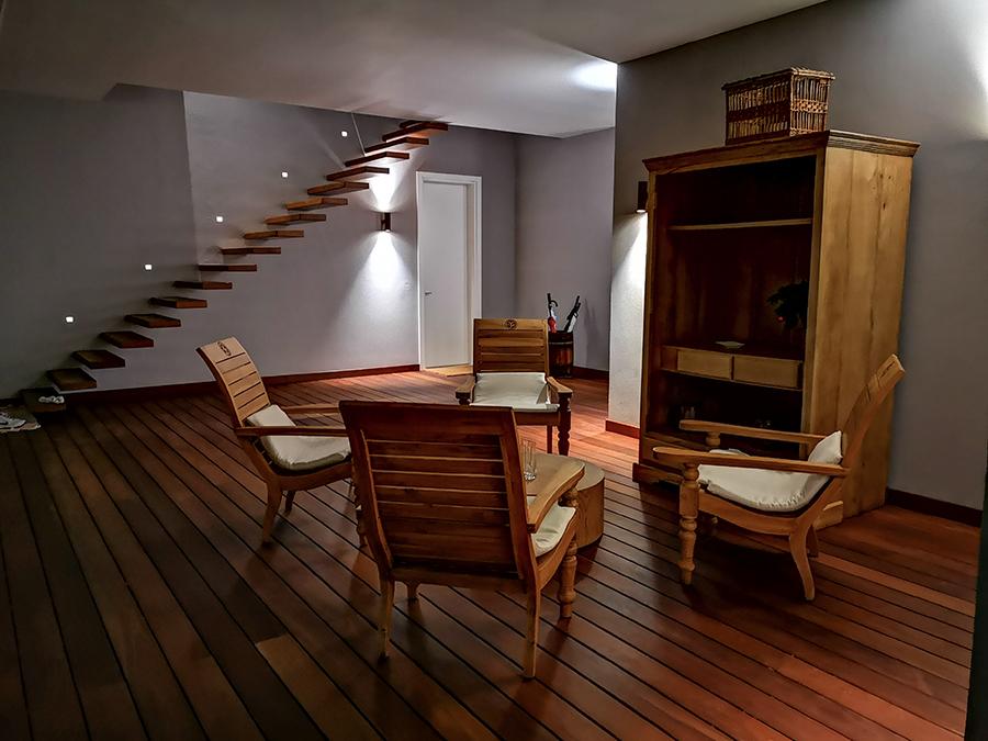 salotto in legno con scala a gradini a sbalzo in legno fatta da fama serramenti per un hotel