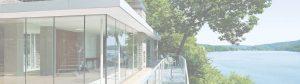 immagine di veranda con sistema scorrevole grande vetrata vista lago